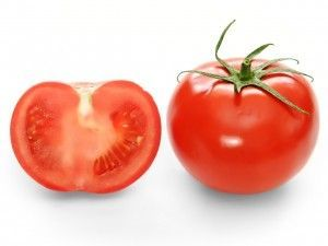 Bright-red-tomato-and-cross-section